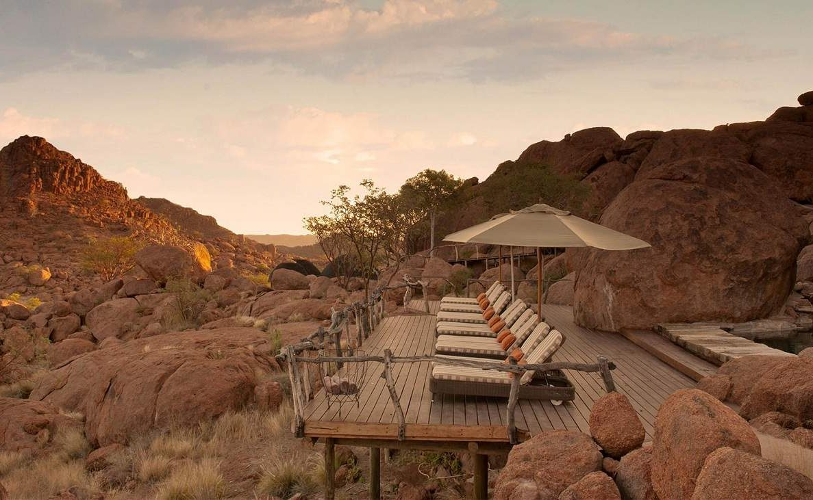 Am Pool der Luxuslodge im Damaraland