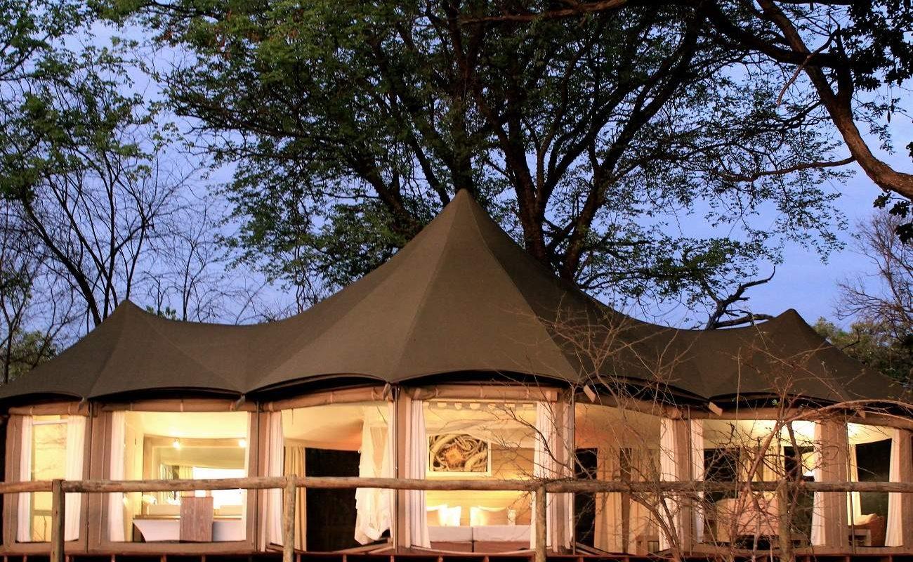 Eine Zeltsuite von Nambwa Tented bei Nacht