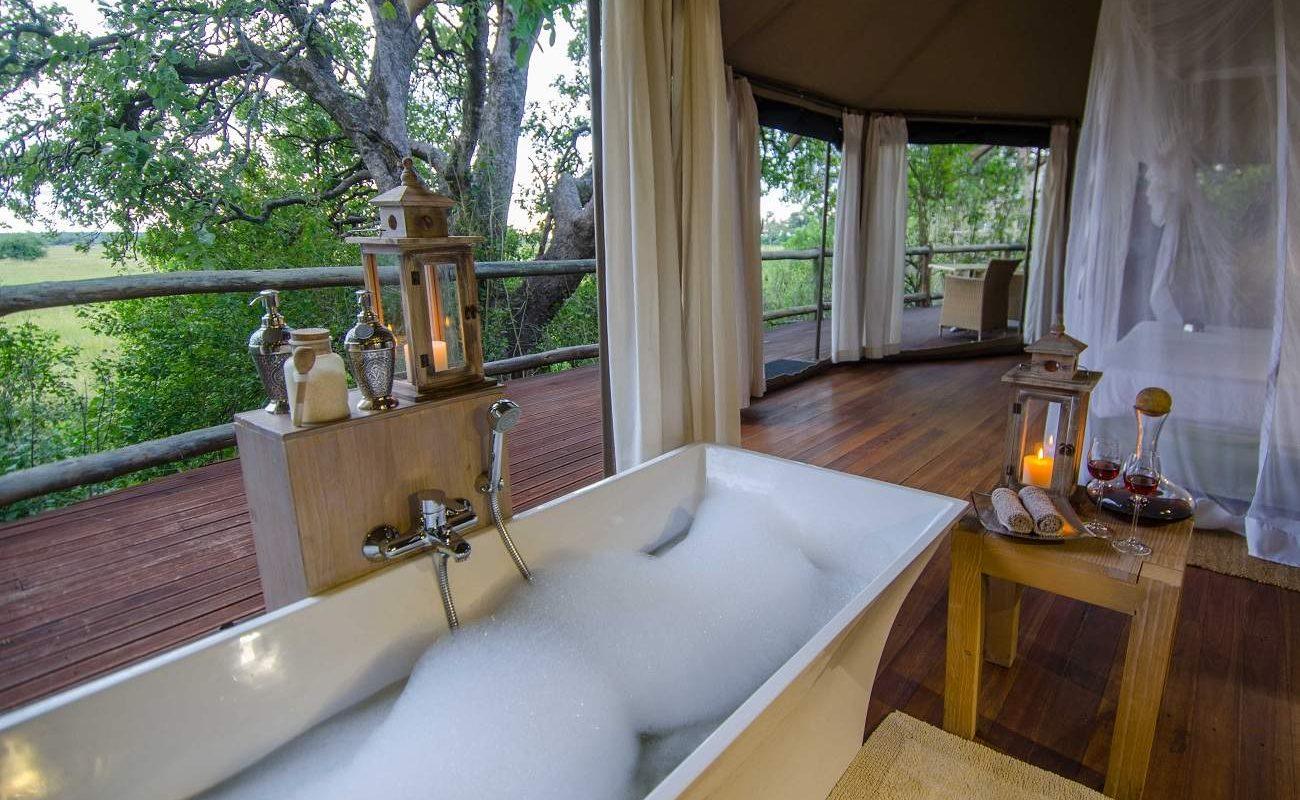 Badezimmer einer Suite von Nambwa Tented