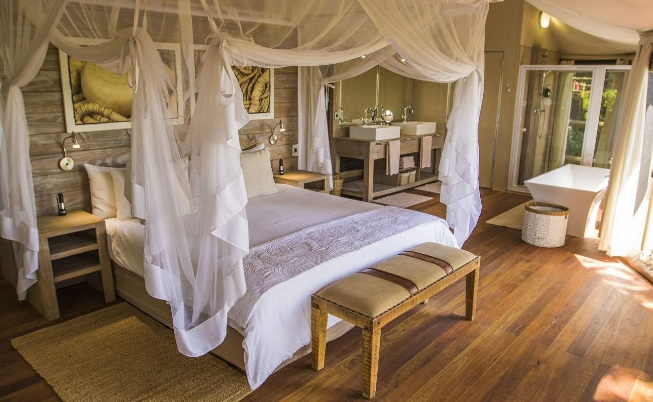 Schlafbereiche einer Suite von Nambwa Tented