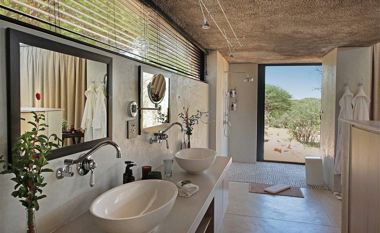 Großzügige Badezimmer der Luxuslodge in der Kalahari