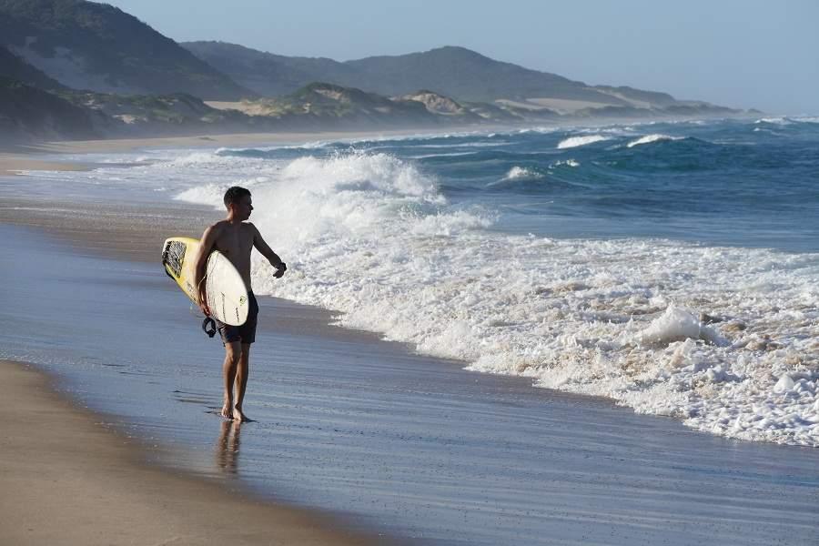 Surfer an der Küste von KwaZulu Natal