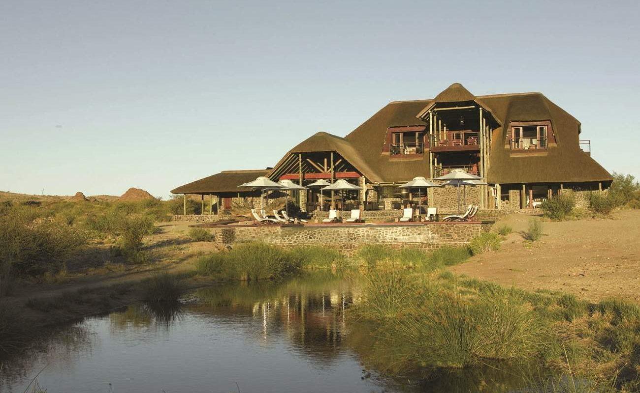 Haupthaus und Pool von Tutwa Desert