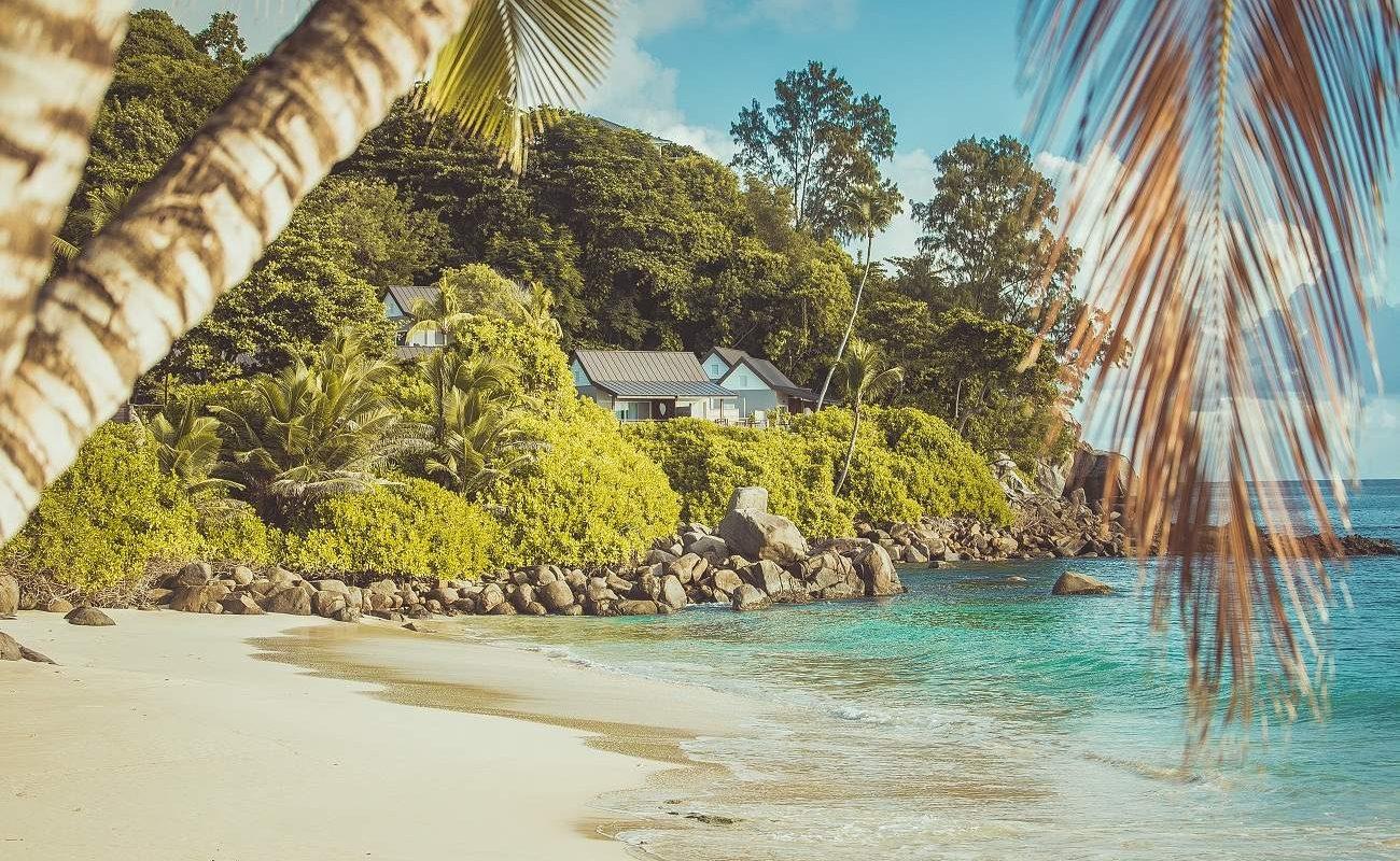 Blick auf die Chalets des Boutiquehotels Carana Beach