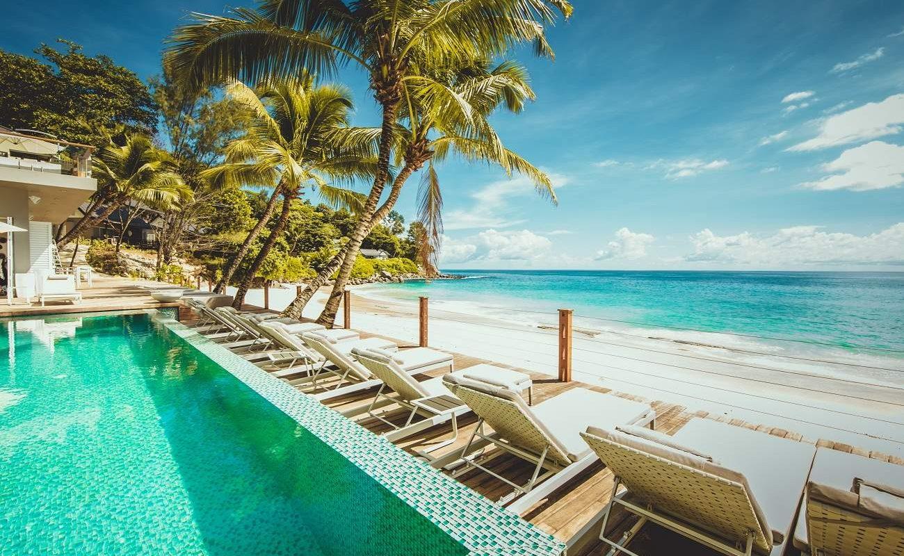 Pool mit Blick auf den Indischen Ozean in Carana, Seychellen