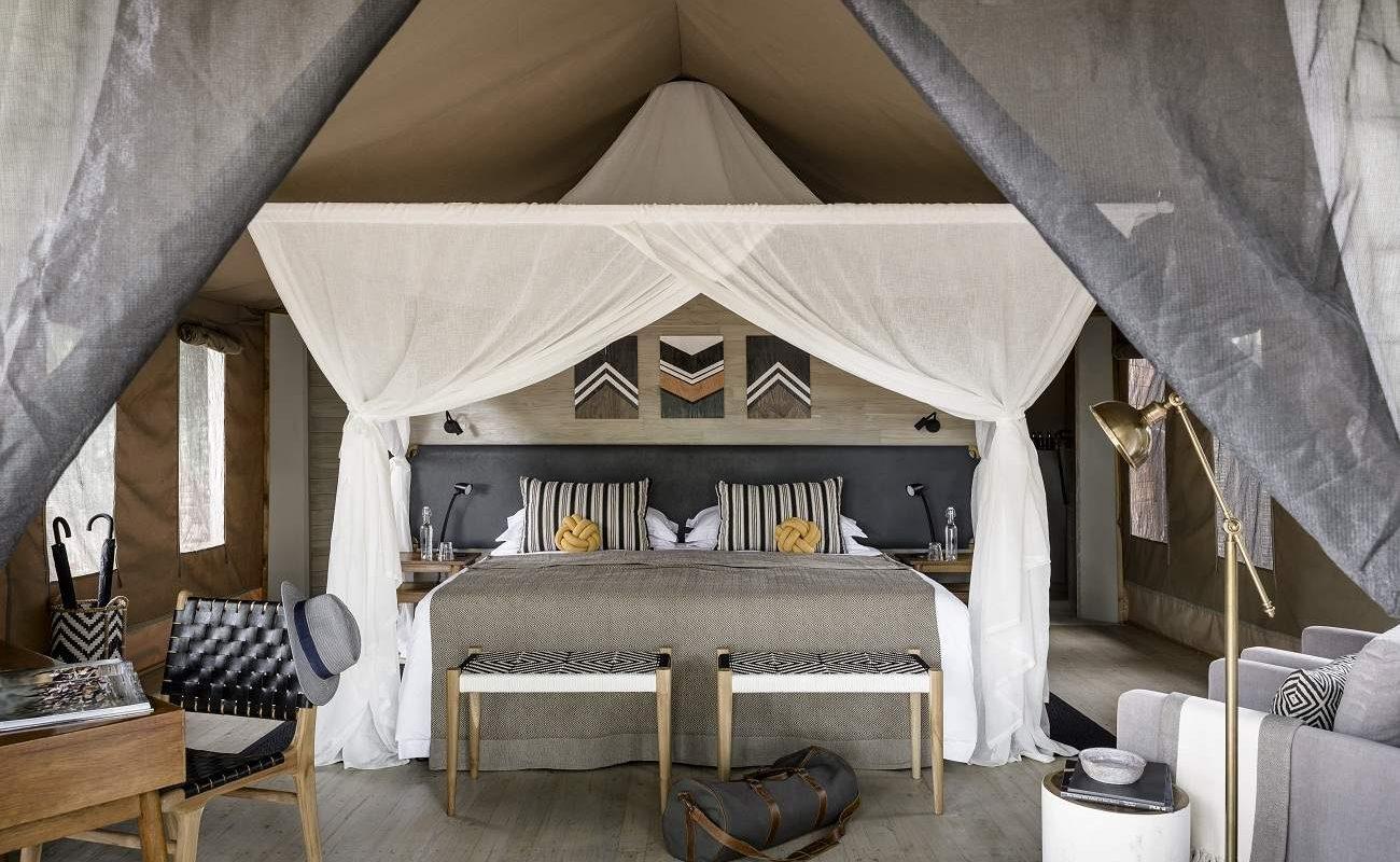 Ein großzügiges Zelt des Luxuscamps Swala
