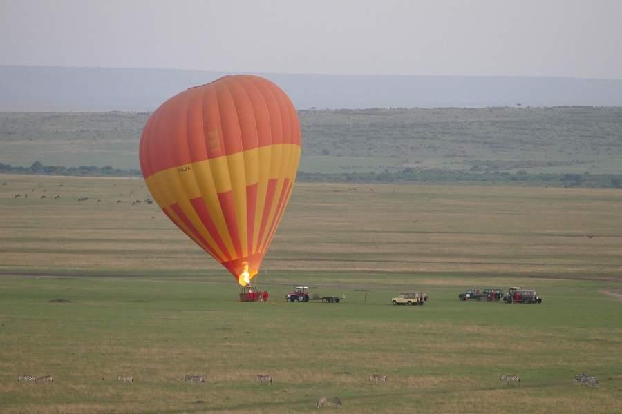 Start eines Heißluftballons in Kenia