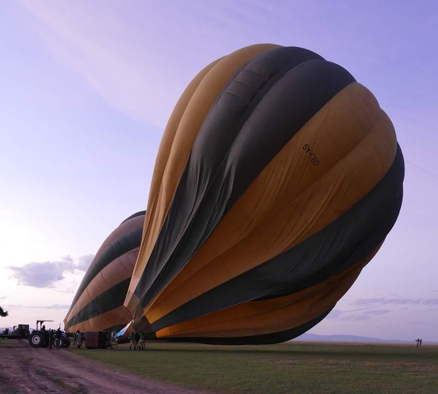 Aufrichten der Heißluftballons für die Ballonfahrt über die Mara