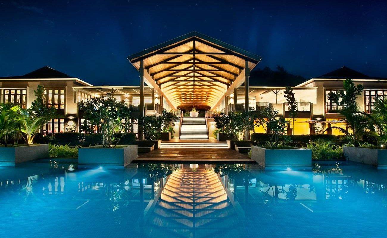 Haupthaus und Pool von Kempinski Seychelles