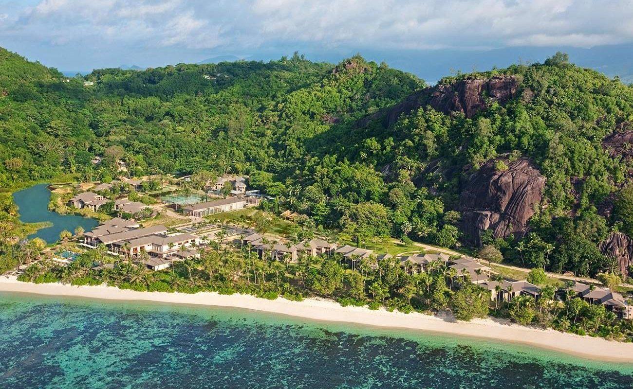 Vor der Kulisse von Grantifelsen - das Luxushotels auf Mahé