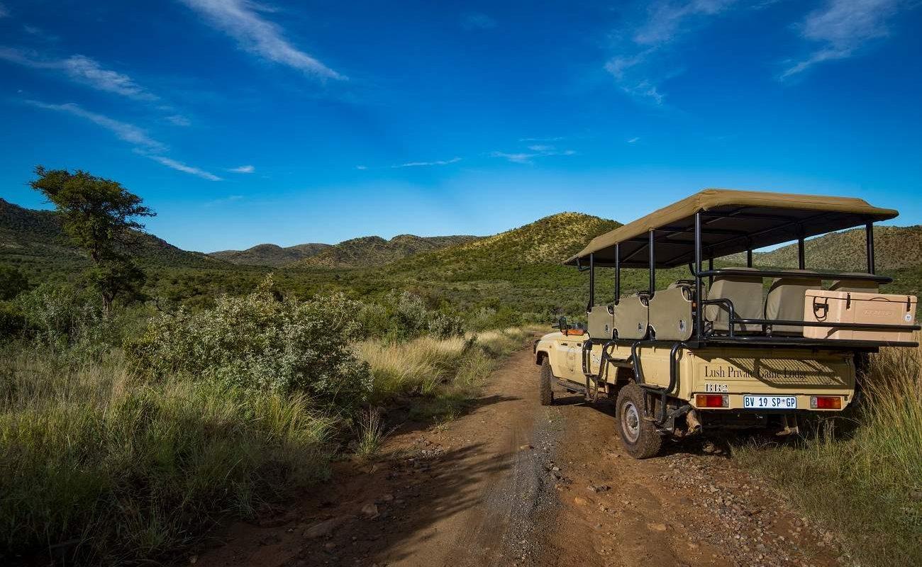 Pirschfahrt im offenen Geländewagen im Black Rhino Game Reserve