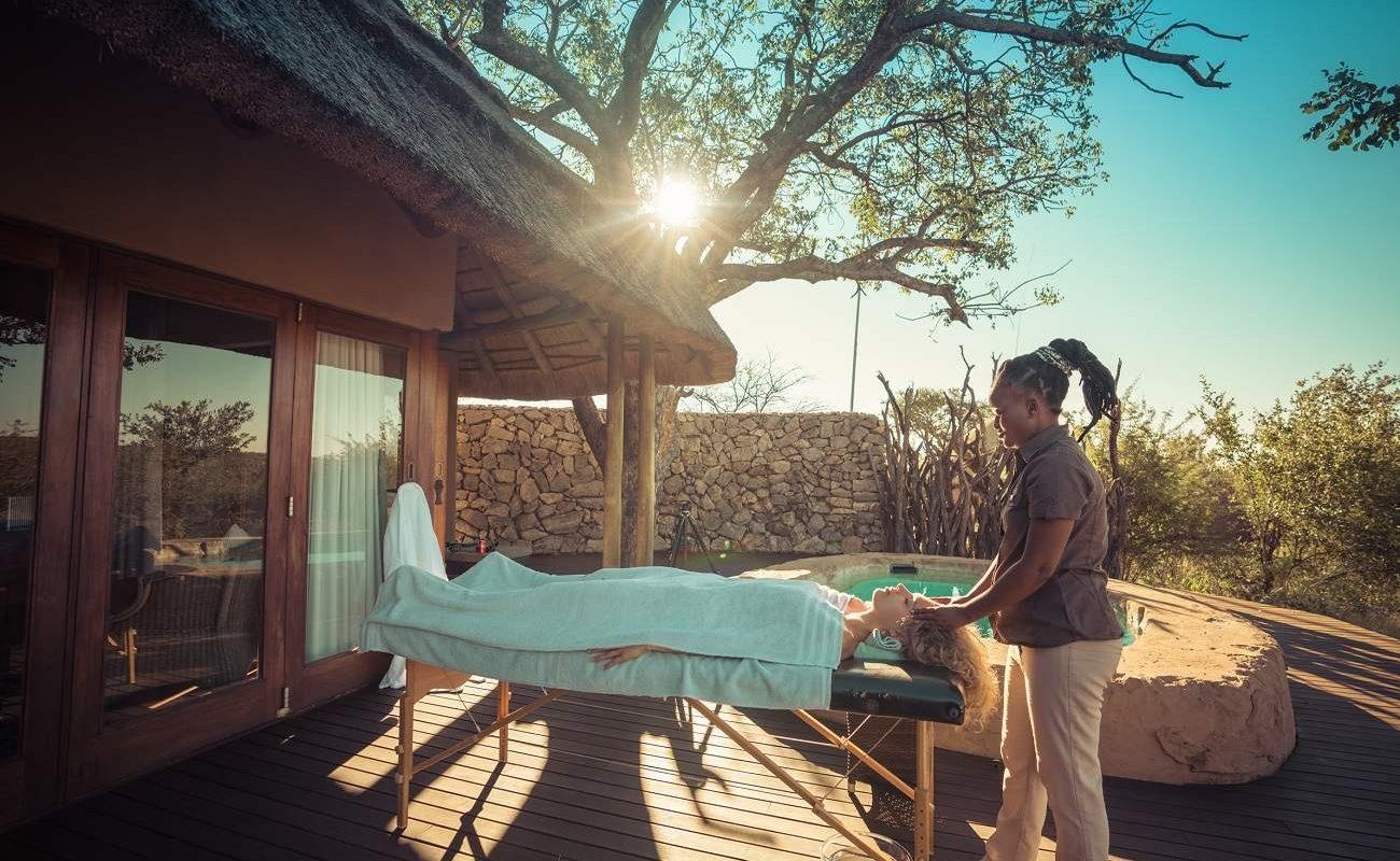 Massage auf der privaten Veranda in der Luxuslodge