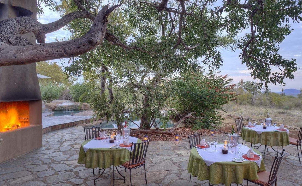 Dinner al Fresco in der Luxuslodge im Norden von Südafrika