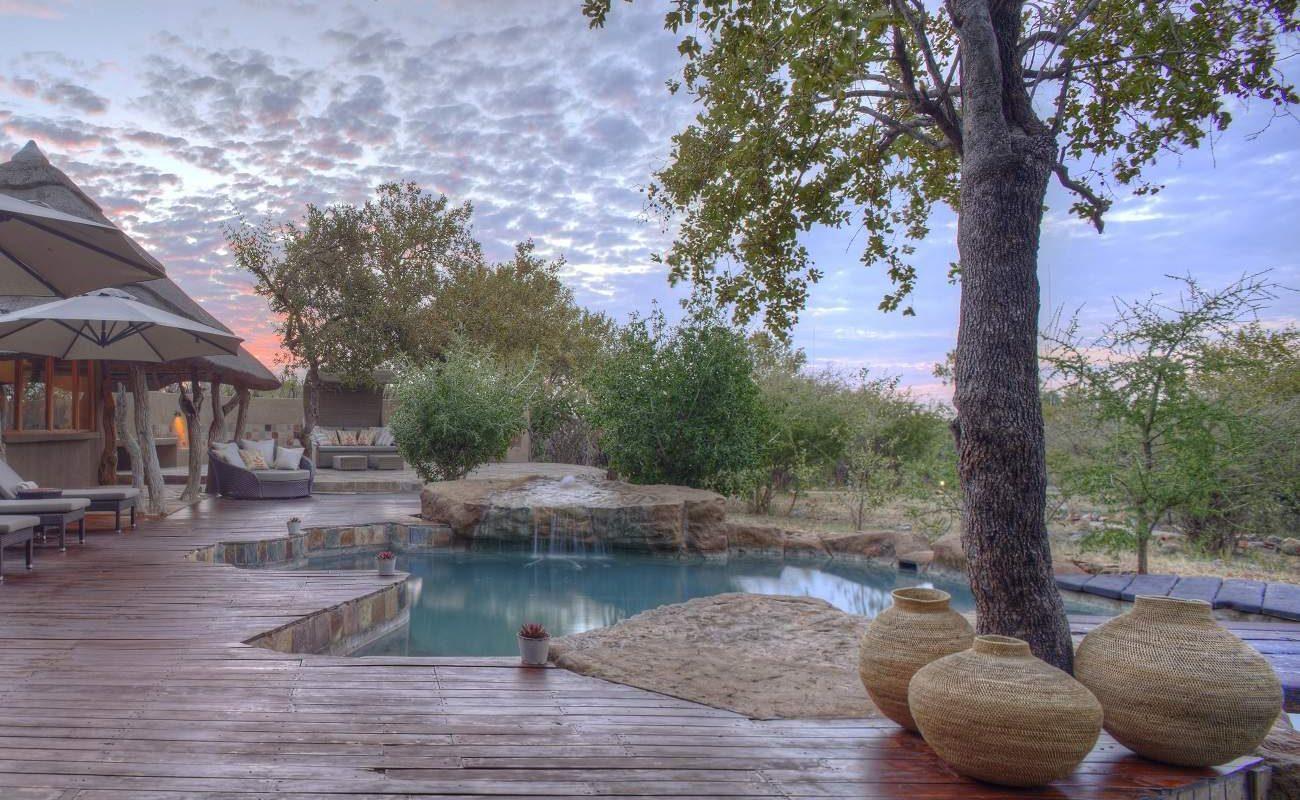Pool und Sonnendeck der Rhulani Safari Lodge
