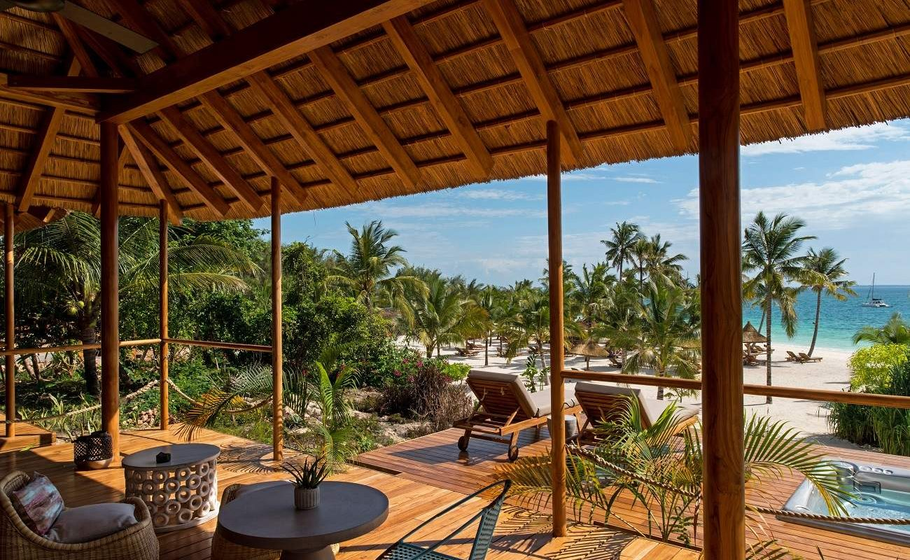 Veranda einer Ocean Front Suite im Luxushotel auf Zanzibar