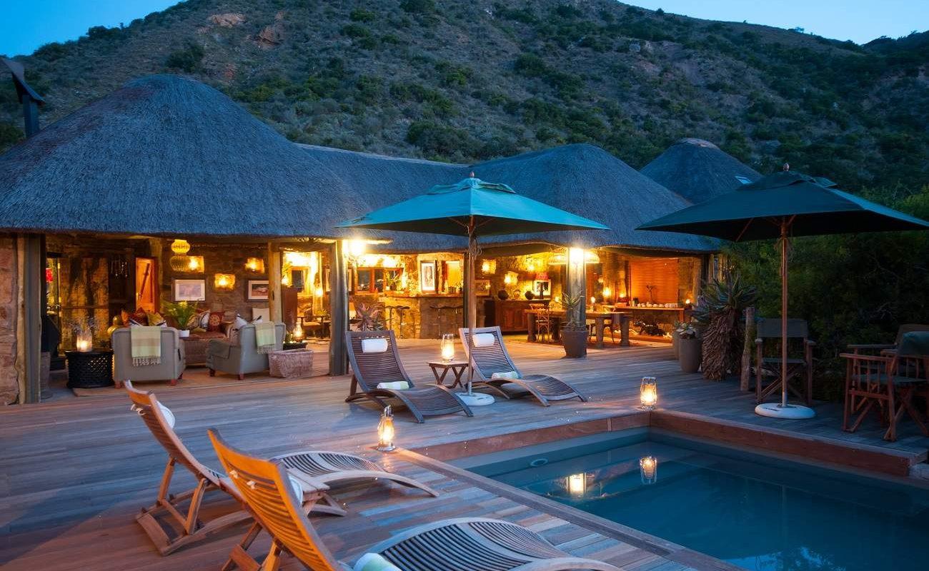 Haupthaus und Pool des Hillsnek Safari Camps