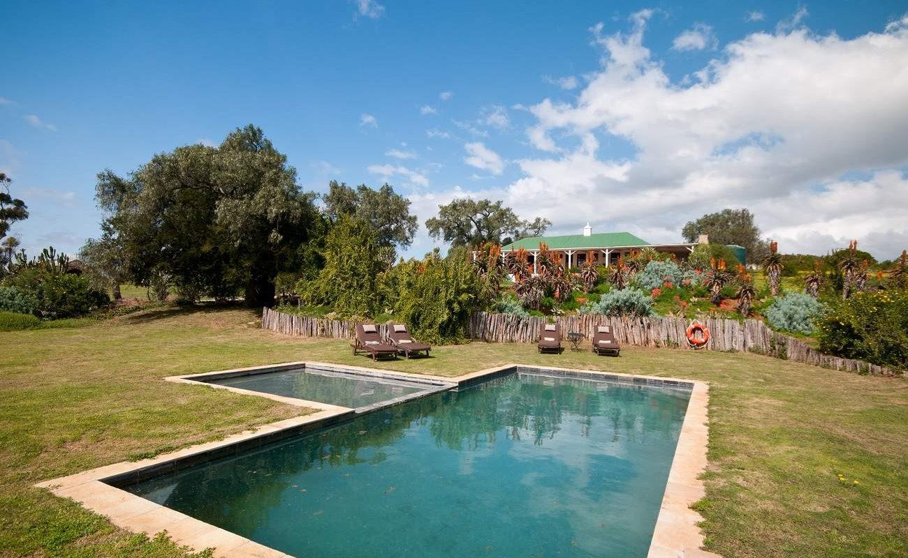 Pool im Garten des Country Houses