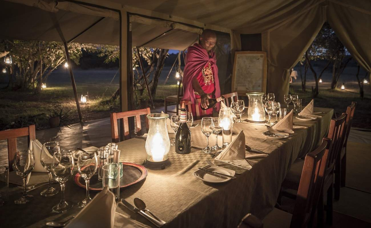 Dinner im Messzelt von Encounter Mara