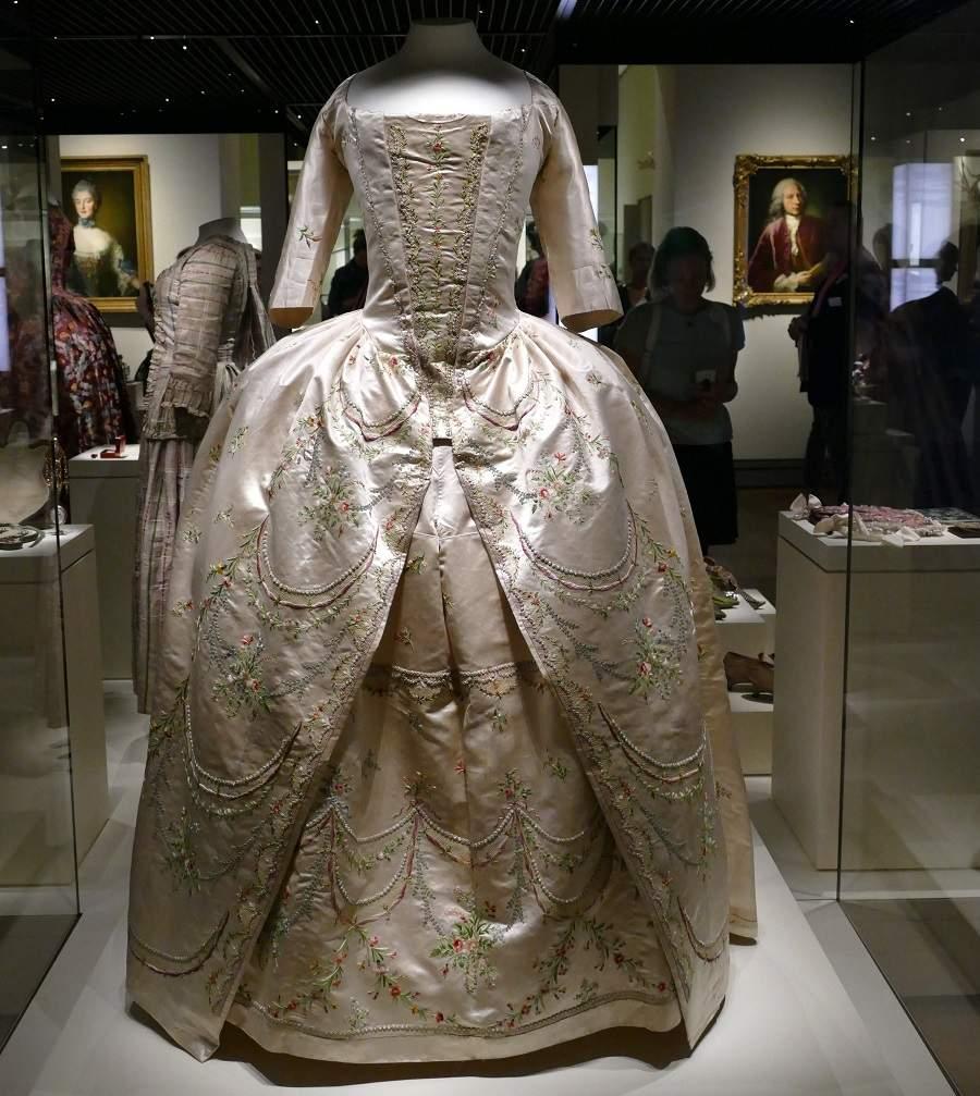 Bestickte Robe Bayerisches Nationalmuseum