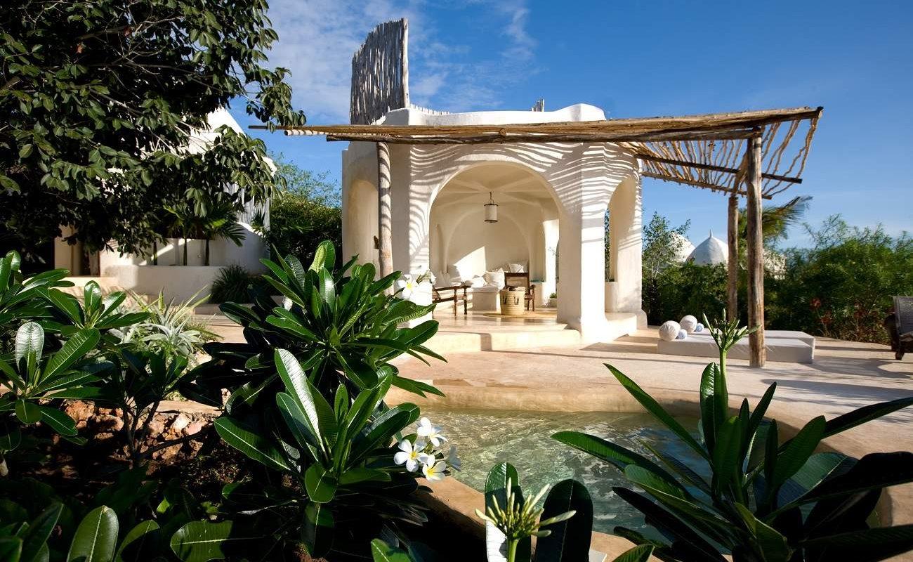 Blick auf einen Pavillon des Luxushotels auf Sansibar