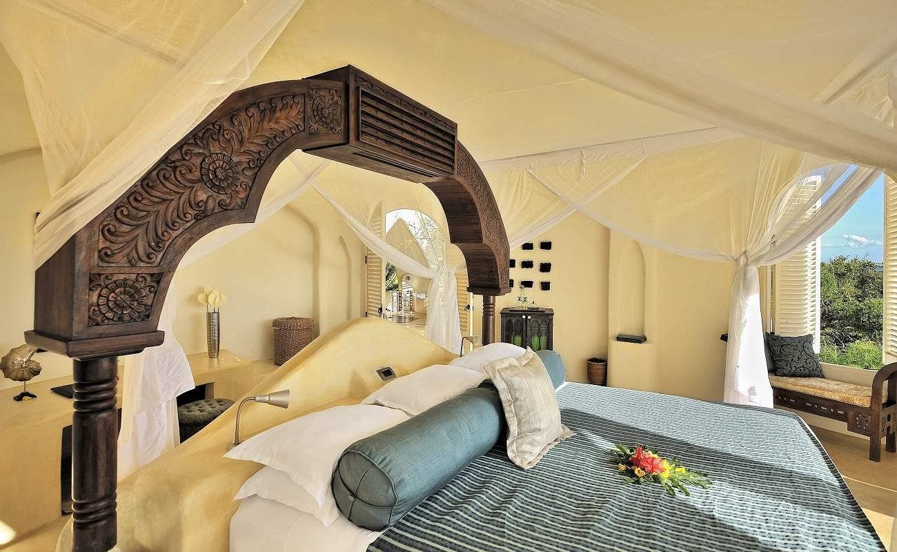 Schlafraum eines Pavillons des Luxusresorts Kilindi