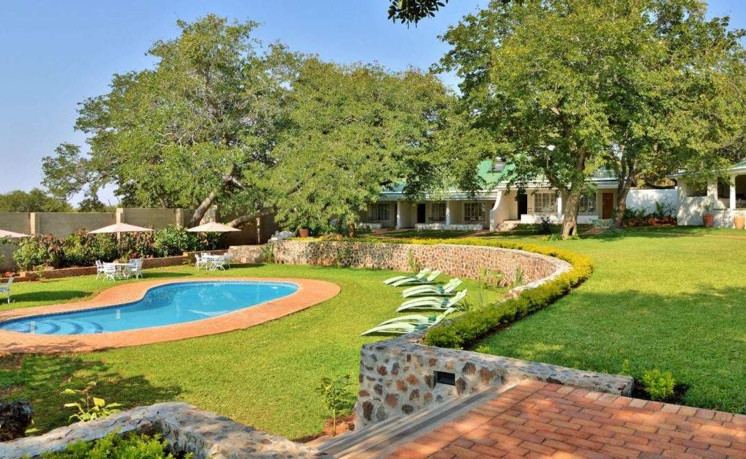 Pool und Garten des Boutiquehotels in Victoria Falls