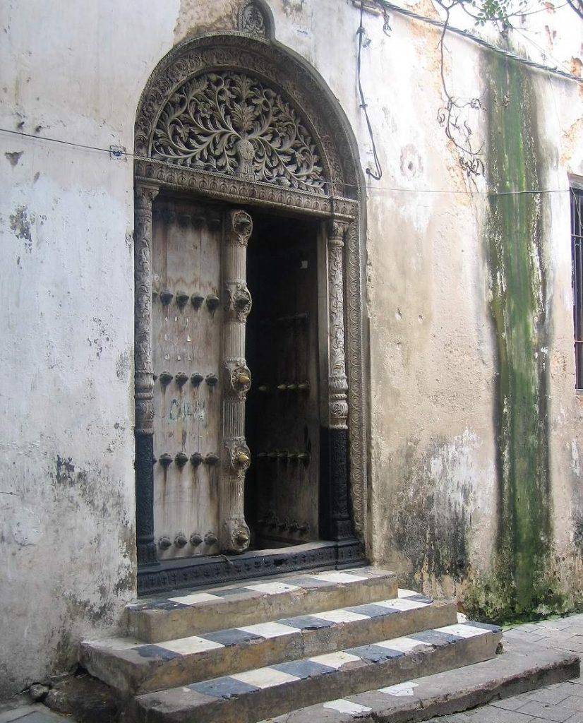 Indische Tür mit Messingnieten in Stone Town