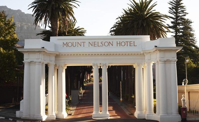 Eingang und Palmenallee des Mount Nelson