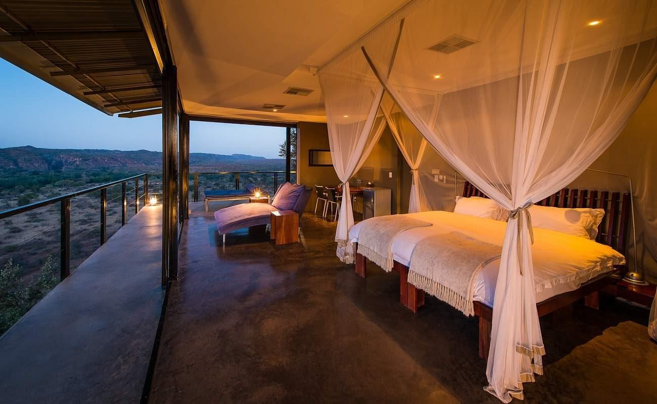 Romantisches Himmelbett der Luxuslodge The Outpost