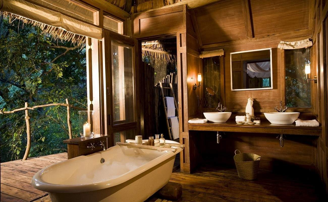 Badezimmer einer Suite in der Manyara Tree Lodge