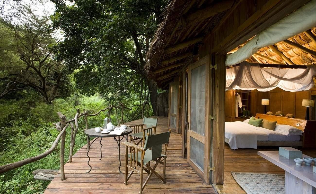 """In den Wipfeln der Bäume """"schweben"""" die Baumhäuser der Manyara Tree Lodge"""