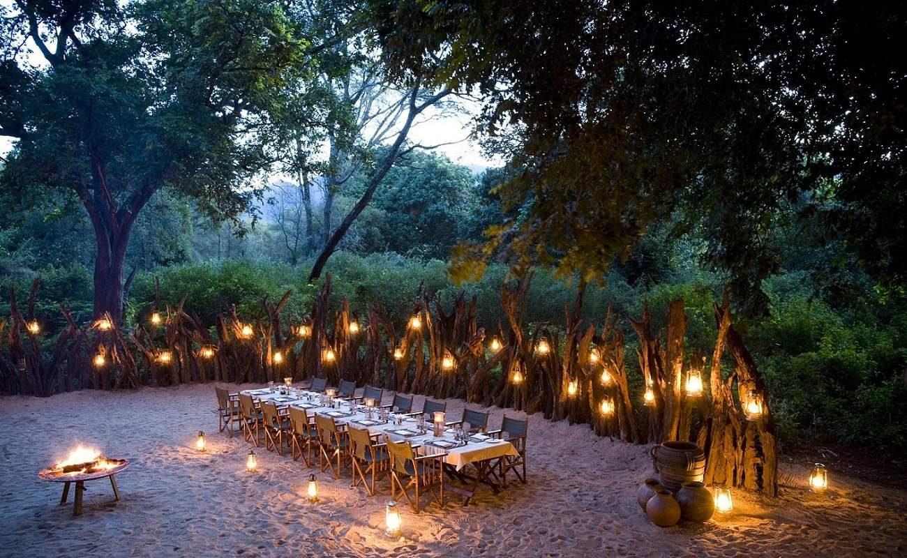 Ein Boma Dinner gehört zu einer Luxussafari in Tansania dazu