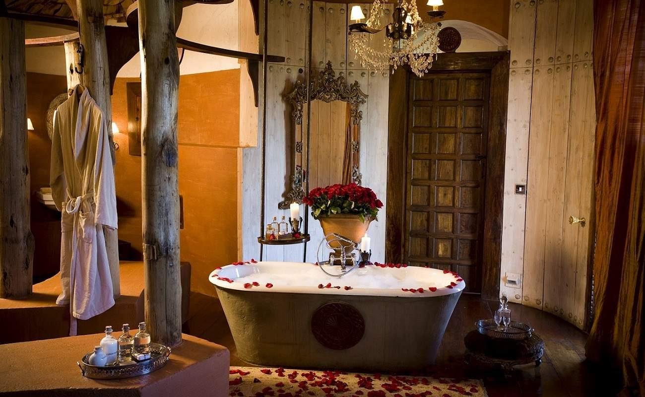 Badezimmer einer Suite in der Ngorongoro Crater Lodge