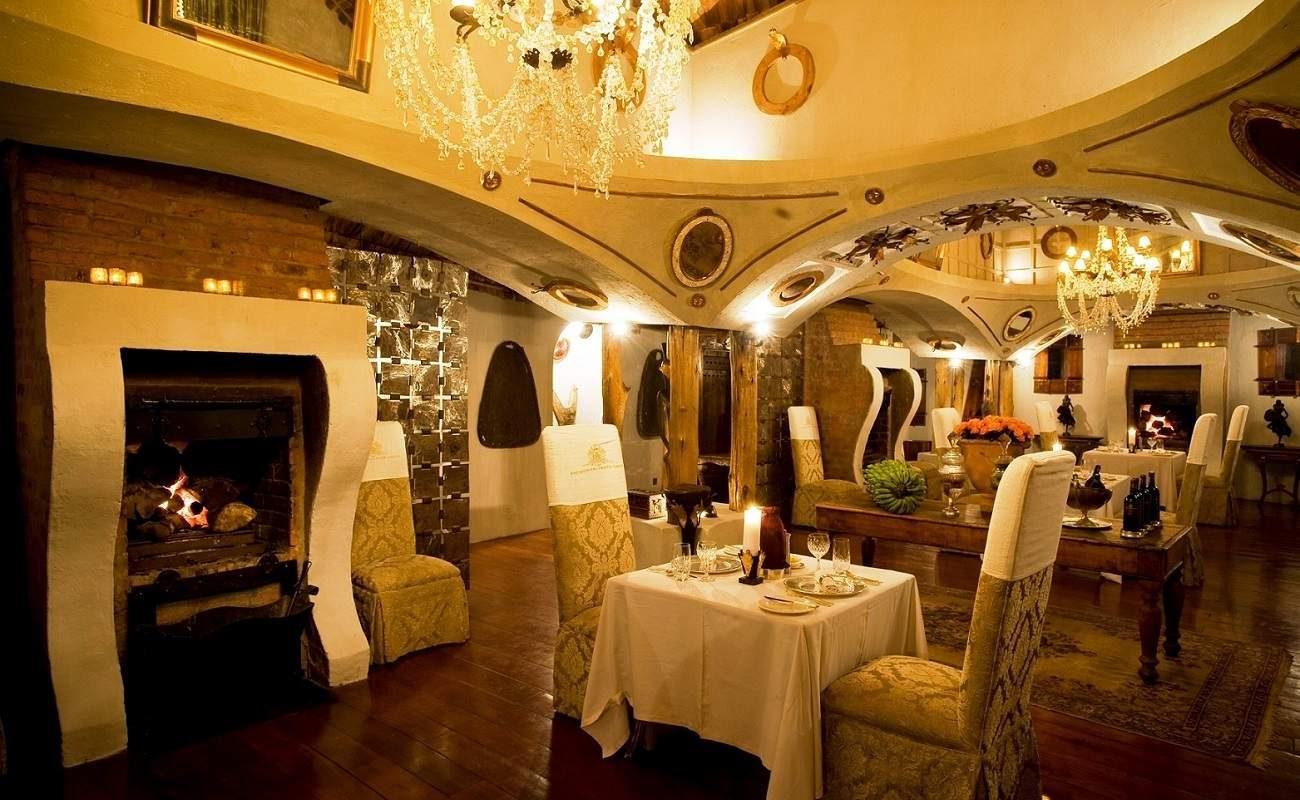 Unter einem Gewölbe speisen im Restaurant