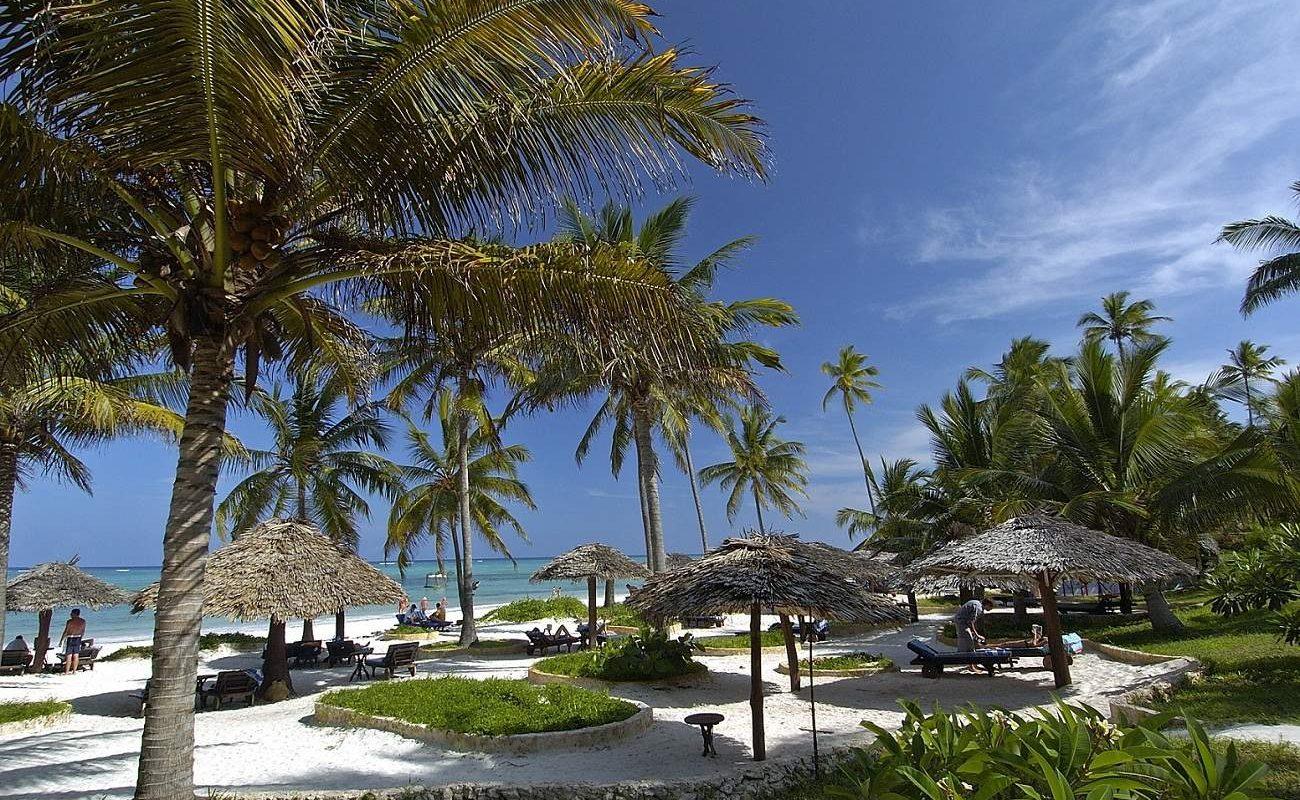 Garten und Strand im Tropenresort auf Sansibar