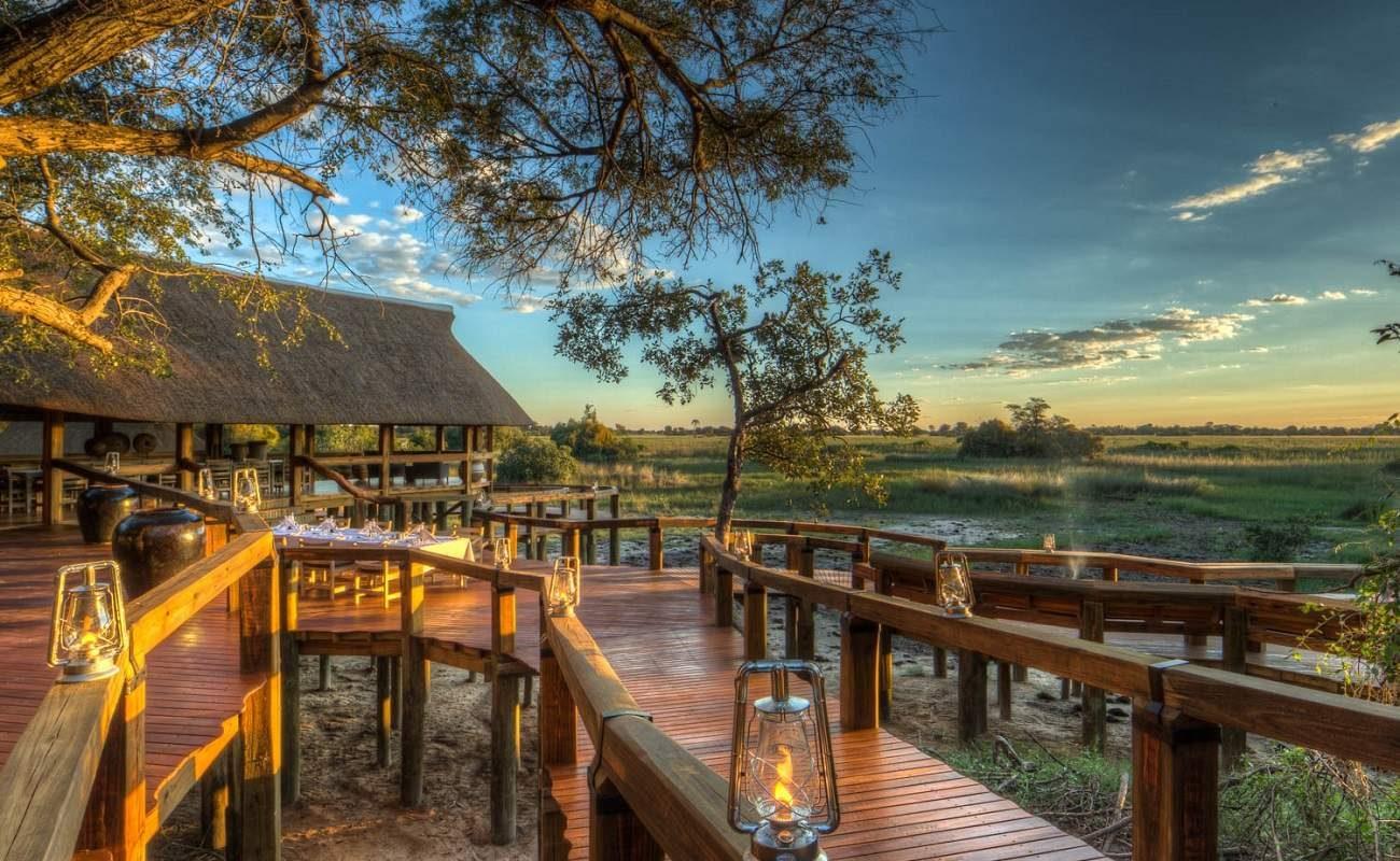 Alles steht auf Holzplattformen im Camp Okavango
