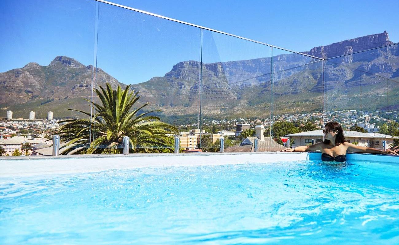 Pool mit Blick auf den Tafelberg im Cloud Nine Boutique Hotel