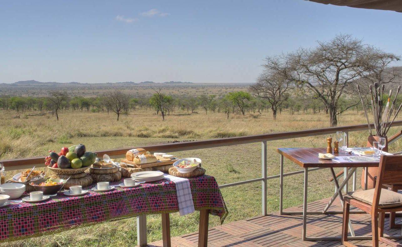 Frühstück im Dunia Camp mit Blick auf die Serengeti