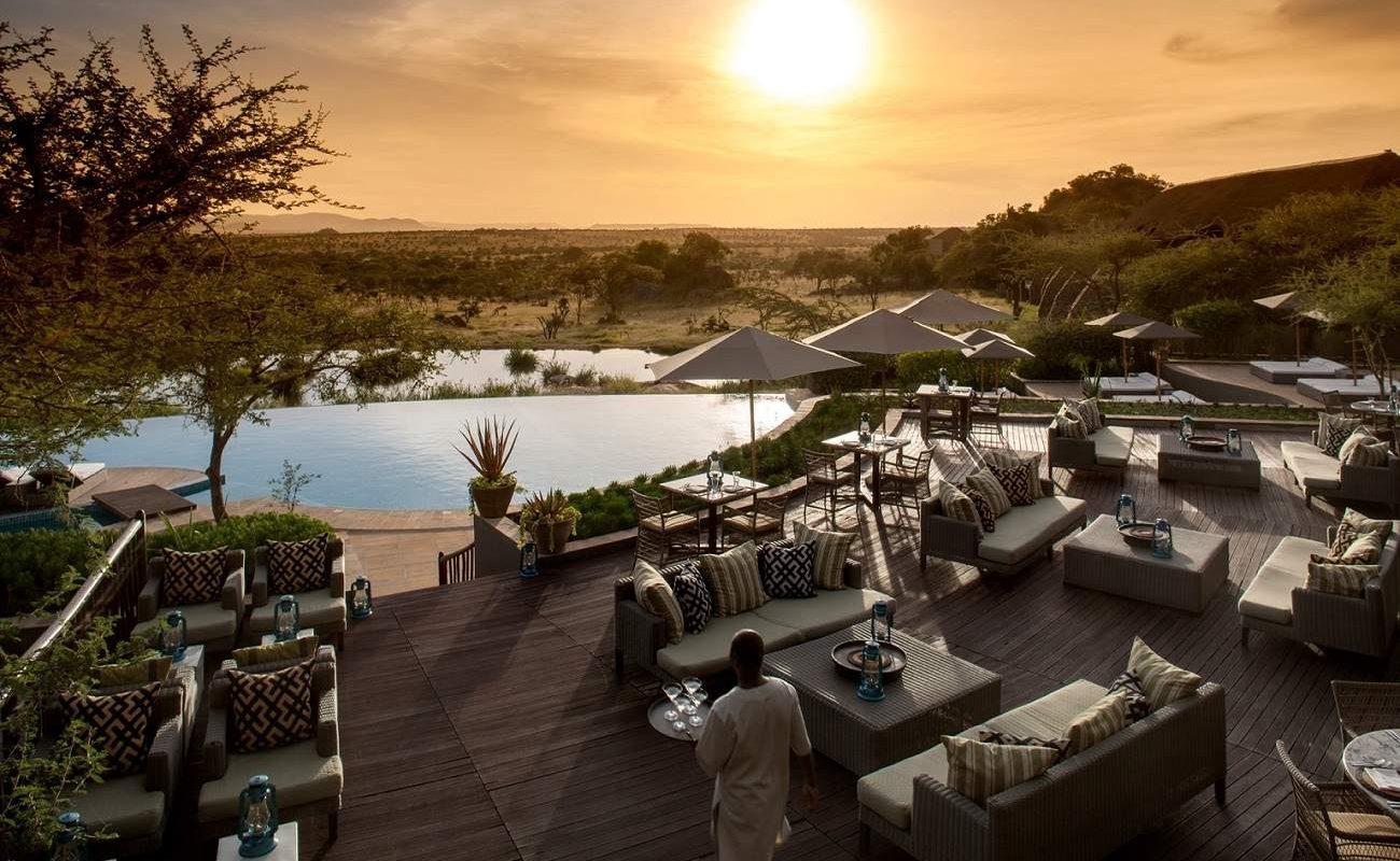 Bar des Four Seasons mit Blick auf die Serengeti