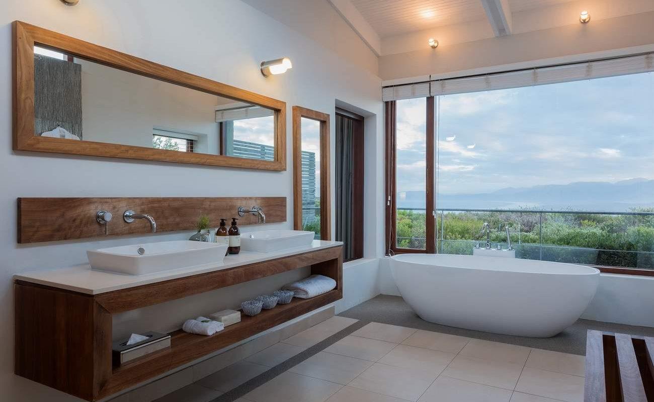 Badezimmer einer Luxury Suite in der Grootbos Forest Lodge