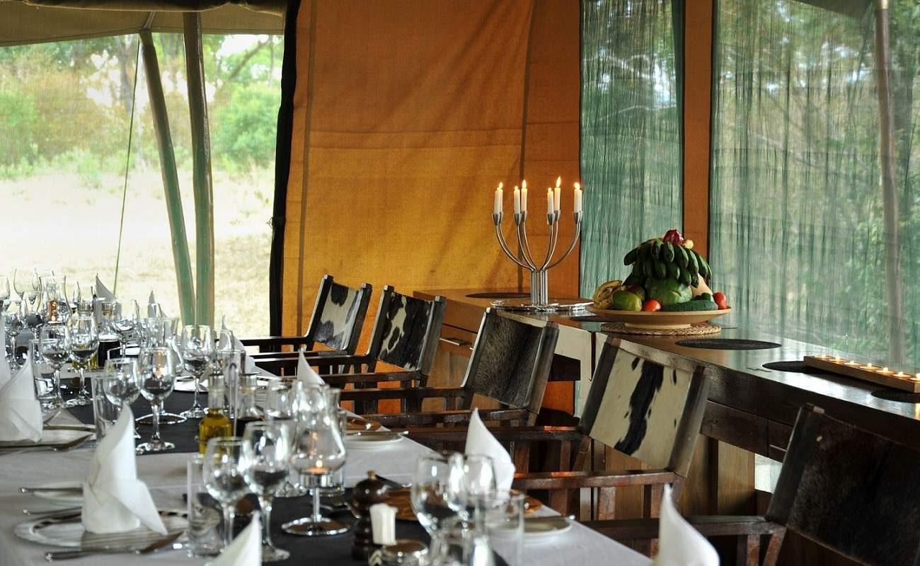Gemeinsame Abende im Speisezelt gehören zu einer Luxussafari mit Genuss Touren in Tansania