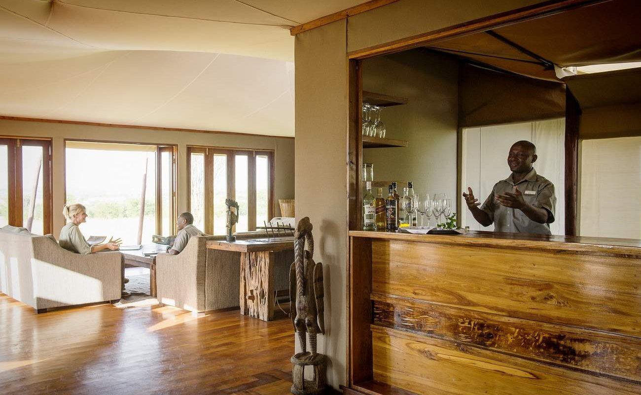 Die elegante Bar des Luxuscamps von Asilia Africa