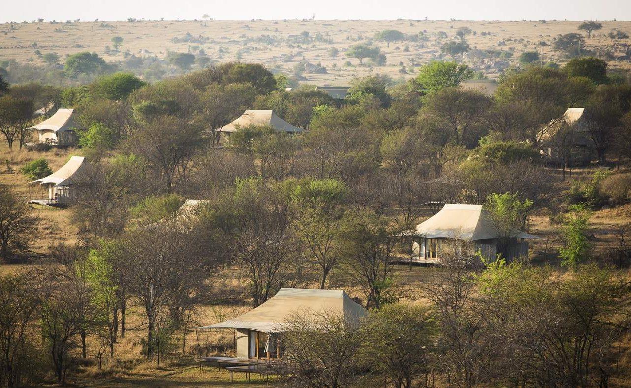 Blick über das Sayari Camp im Norden der Serengeti