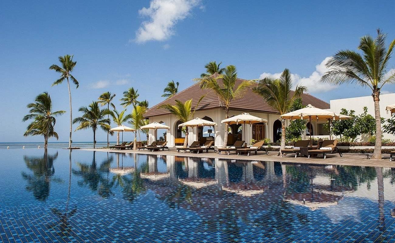 Am Pool des Luxushotels auf Sansibar