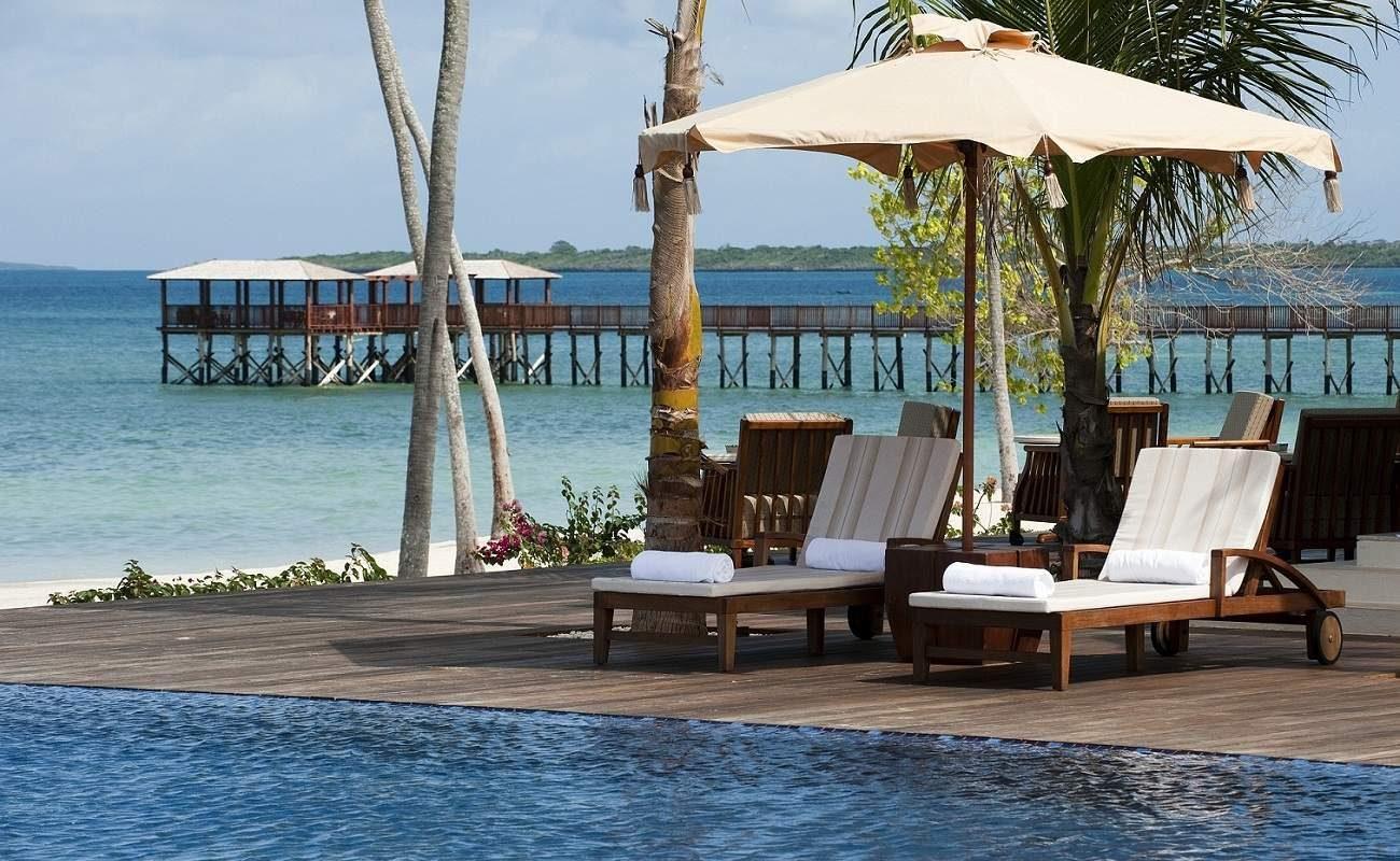 Liegestühle am Pool des Luxushotels auf Sansibar
