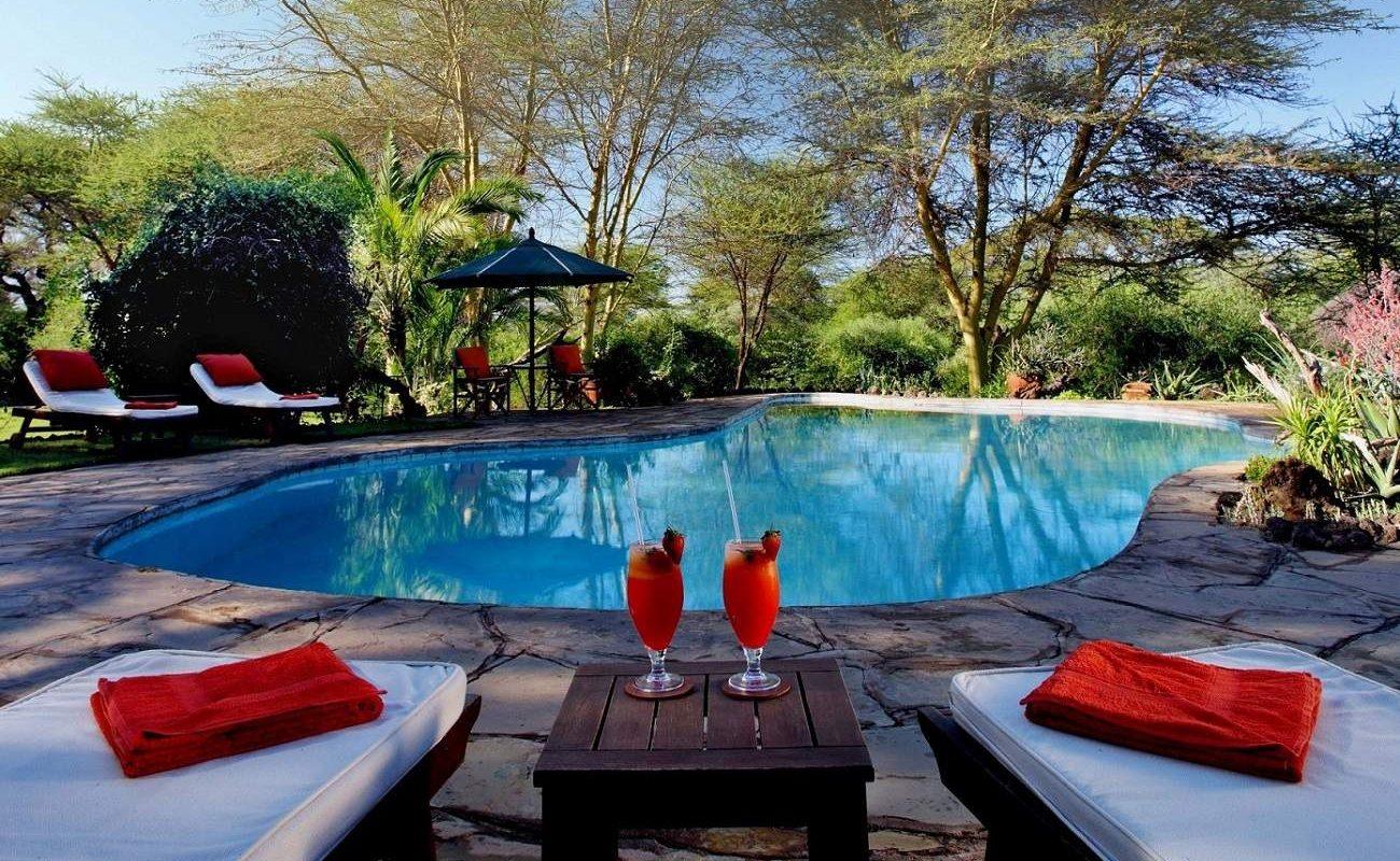 Pool für erfrischende Stunden im Tortilis Camp