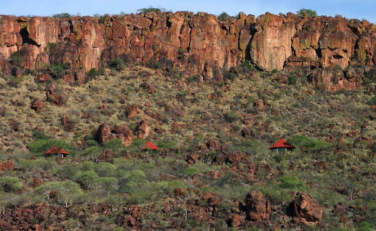 Blick auf die Waterberg Plateau Lodge vor dem massiven Berg in Namibia