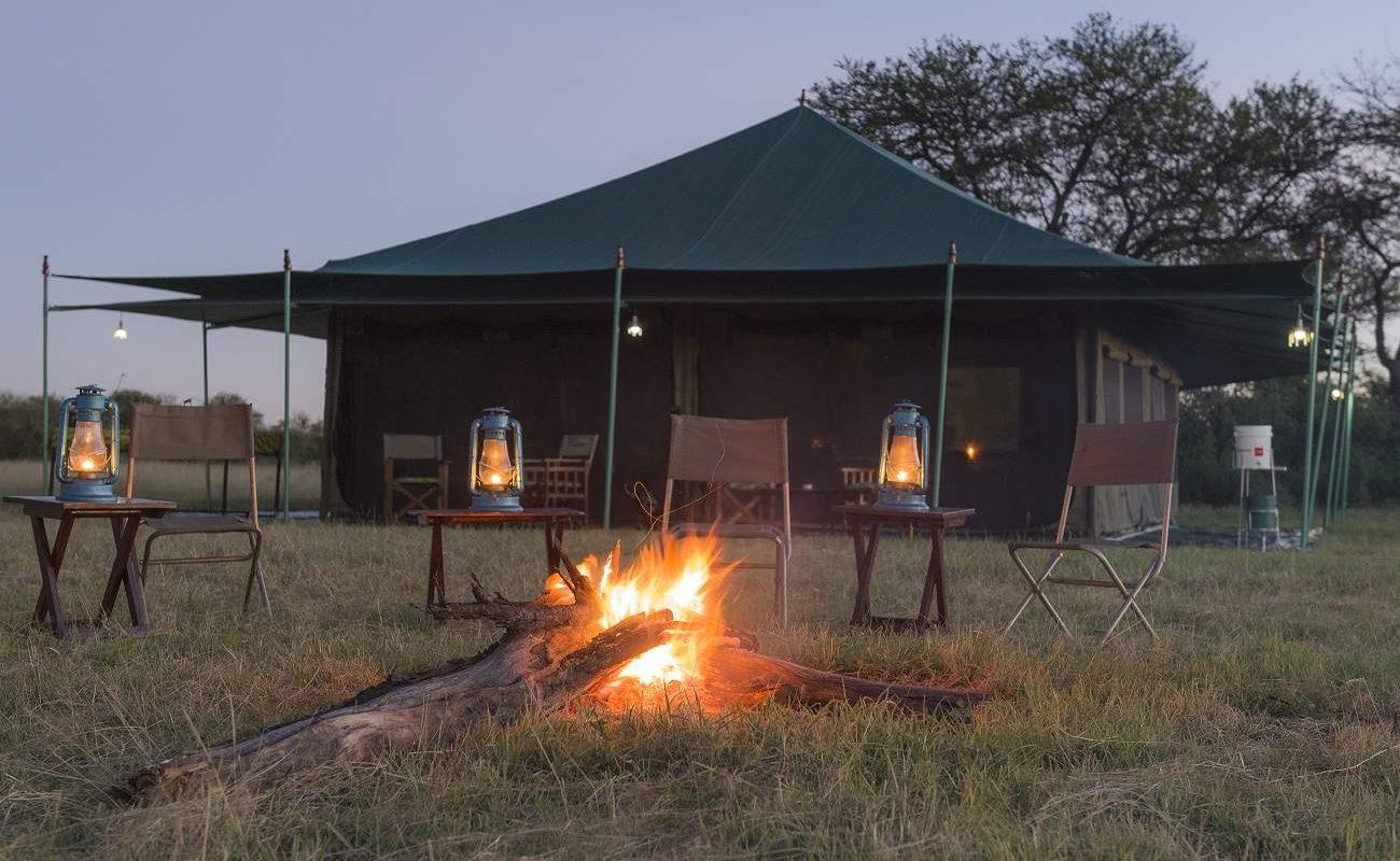 Am Lagerfeuer in einem Zeltcamp