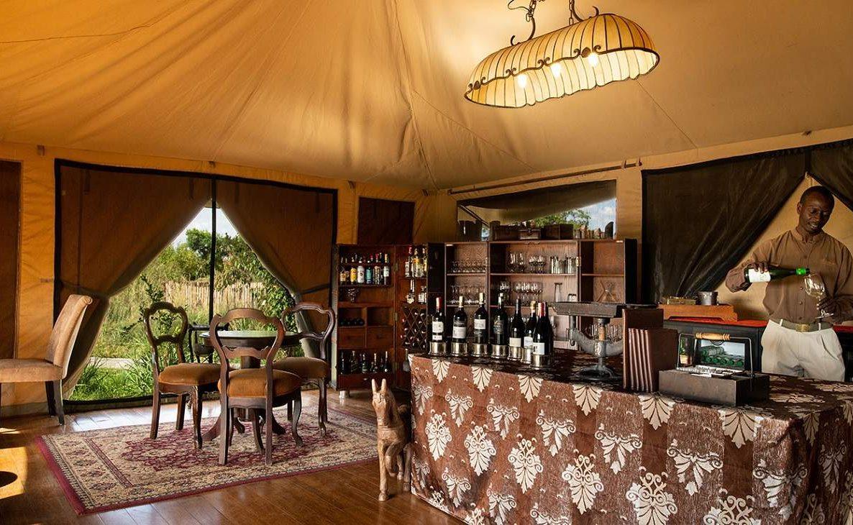 Elegante Bar des Sand River Mara Camps