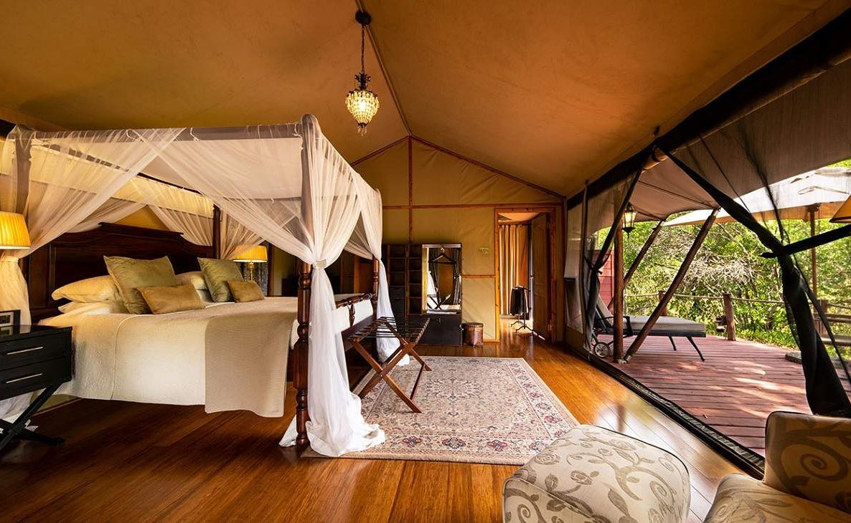 Blick auf die Veranda des Luxuszeltes im Elewana Camp